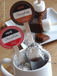 En cette période hivernale, quoi de mieux pour commencer avec ces sucettes à fondre pour un chocolat chaud maison ? Créez vos propres sucettes au chocolat !