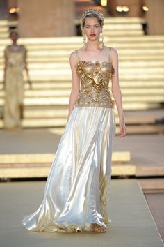 Dolce and Gabbana presents Valley Of Temples: the Alta Moda fashion show in the Temple of Concordia, Agrigento, Sicily, Italy (July Fashion Week, Look Fashion, Runway Fashion, High Fashion, Fashion Show, Fashion Outfits, Fashion Design, Vintage Vogue, Vogue Cover