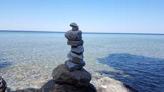 Aufgeschichtete Steine auf Mackinac Island.