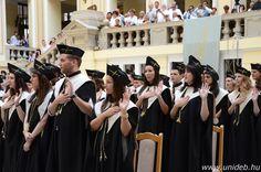 A Fogorvostudományi Kar július 7-én megrendezett diplomaosztó ünnepségén készült fotó.