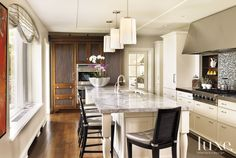 Contemporary Cream Kitchen with Breakfast Island