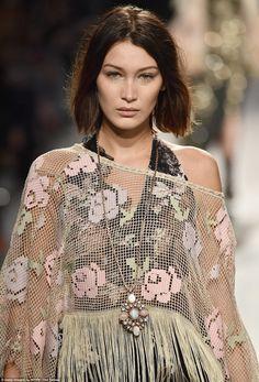 Gigi Hadid, Gigi Et Bella Hadid, Jheri Curl, Crop Hair, Insta Look, Tumblr Fashion, Anna Sui, Mannequins, Fashion Details
