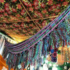 Lá você pode encontrar biojoias, decorações, esculturas, presentes e acessórios cuidadosamente selecionados. Os produtos vem de todo o país e são feitos com matérias primas nacionais, como o capim dourado, sementes da Amazônia, fibras naturais, rendas e muito mais. Com quase dez anos de existência, a Sambaki oferece os produtos perfeitos para quem quer uma lembrança genuinamente brasileira.
