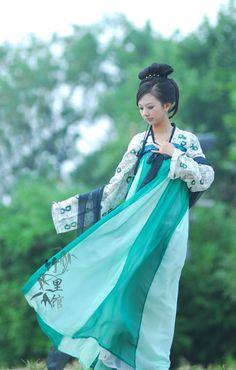 hanfu - I like this clothing style, I think I'll look good in this. Geisha, Hanfu, Cheongsam, Traditional Fashion, Traditional Dresses, Traditional Chinese, Asian Style, Chinese Style, Oriental Dress