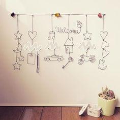 【ワイヤークラフト/ガーランド】 ①星+月+星・星 ②ハート+名前+まな板・泡立て器 ③音符+名前+スポーツカー ④Welcome(葉)+家+鍵 ⑤星+名前+バイク 6ハート3連+子猫 #ワイヤークラフト #ガーランド #スポーツカー #バイク Wire Art Sculpture, Small Drawings, Wire Crafts, Wedding, Painting, Space, Home Decor, Wire, Noel