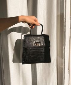 Discovered by ~luxurious Taste~. Find images and videos about girl, fashion and style on We Heart It - the app to get lost in what you love. Unique Handbags, Popular Handbags, Cute Handbags, Hermes Handbags, Cheap Handbags, Luxury Handbags, Purses And Handbags, Luxury Purses, Handbags Online