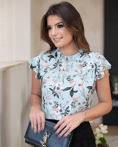 I love how feminine this blouse is -- the ruffly cap sleeve is cute Office Fashion, Work Fashion, Blouse Styles, Blouse Designs, Classy Outfits, Casual Outfits, Look Office, Work Attire, Fashion Dresses
