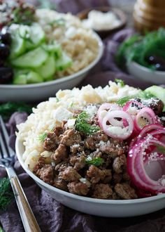 Greek Brown Rice Bowls - filled with everything you love about a gyro and a Greek salad combined. Lunch Recipes, Healthy Dinner Recipes, Cooking Recipes, Rice Recipes, Cooking 101, Cooking Wine, Cooking Games, Bean Recipes, Healthy Dinners