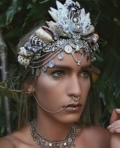 i like the colours that have been used in this headdress, silver and white, the shells give a great texture to the crown alswell Headpieces, Fascinators, Psytrance Clothing, Wild At Heart, Foto Fantasy, Mermaid Crown, Mermaid Headpiece, Halloween Disfraces, Tiaras And Crowns