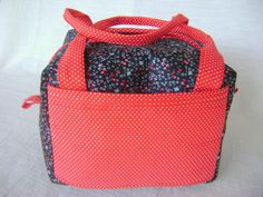 Lunch Bag ou Lancheira t�rmica feita tecido 100% algod�o e forrada com tecido t�rmico. Fechamento com duplo z�per. <br> <br>Mede aproximadamente 21cm de largura, 14cm de altura e 17cm de profundidade.