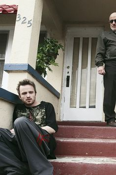 Aaron Paul and Jonathan Banks as Jesse Pinkman and Mike Ehrmantraut in Breaking Bad. Breaking Bad Series, Breaking Bad Jesse, Best Series, Tv Series, Jonathan Banks, Hogwarts, Jesse Pinkman, Aaron Paul, Walter White