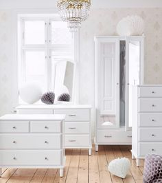 Verschiedene TYSSEDAL Produkte hintereinander platziert, u. a. TYSSEDAL Kleiderschrank in Weiß/Spiegelglas und TYSSEDAL Kommode mit 6 Schubladen in Weiß.