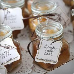Cinna-Bun Butter cakes in a Jar 1 yellow butter cake mix, I used Betty Crocker cup canola or vegetable oil cup sour cream 3 eggs 1 small package vanilla instant pudding mix cup all-purpose flour cup light packed brown sugar teaspoon ground cinnamon Mason Jar Desserts, Mason Jar Meals, Meals In A Jar, Mason Jars, Cake In A Jar, Dessert In A Jar, Christmas Food Gifts, Homemade Christmas Gifts, Diy Christmas