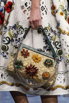 Pompons, apliques e pedraria, muita renda, conjuntinhos e bolsas lindas de crochê, marcaram o desfile de primavera da Dolce & Gabanna.  ...