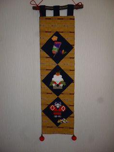 ※めでたさを三枚の押し絵にしました。 上から羽子板と追い羽根、真ん中は鏡餅 下の段は奴と独楽とお正月飾りに相応しいおめでたいデザインになりまし た。 土台...|ハンドメイド、手作り、手仕事品の通販・販売・購入ならCreema。