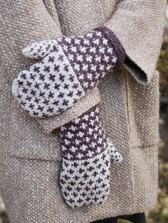 Knitting Patterns Mittens The Fox Grape mittens are knit using two colors of Berroco Tuscan Tweed in an easy-to-knit colorwork… Crochet Baby Mittens, Crochet Mittens Pattern, Easy Knitting Patterns, Knit Mittens, Knitted Gloves, Knitting Socks, Baby Knitting, Free Knitting, Knitting Accessories