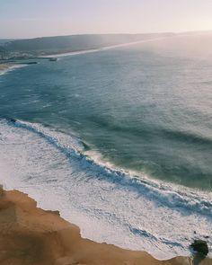 Praia de Nazaré, Portugal. Nazaré Beach. Onde acontece o maior campeonato de surf! Inspiração para os amantes do surf e para quem adora praia com uma bela paisagem. Da pra virar até wallpaper!  Meu banco de imagens de viagens.