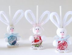 Easter treats. Dum Dums and white pipe cleaner... cute craft for the kids to enjoy.