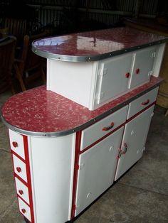 1950s Kitchen, Red Kitchen, Kitchen Cupboards, Retro Kitchens, Kitchen Island, Kitchen Appliances, Cheap Kitchen, Kitchen Storage, Medium Kitchen