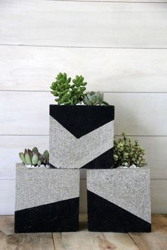 DIY plant pots and stands that'll get you ready for spring Cinder blocks are an affordable way to craft modern planters for your succulents.Cinder blocks are an affordable way to craft modern planters for your succulents. Cement Patio, Concrete Planters, Concrete Blocks, Cinderblock Planter, Modern Planters, Outdoor Planters, Diy Planters, Planter Ideas, Cinder Block Furniture