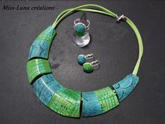 """Parure fantaisie """"Green spirals"""" en pâte polymère et suédine verte : Parure par miss-luna"""