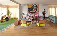 Mesmo de frente para uma agitada avenida paulistana, o apartamento da modelo e empresária Marina Sanvicente é puro sossego. A grande sacada é a varanda integrada à sala, com janelas antirruído e tapete de grama sintética, que funciona como quintal