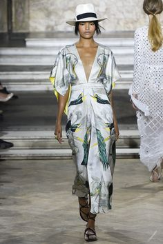 Temperley London Spring 2016 Ready-to-Wear Fashion Show .kimono dress with mirror image print, needs a cami tho! London Fashion Weeks, Fashion Week 2016, Summer Fashion Trends, Spring Fashion, Look Fashion, Runway Fashion, Fashion Show, Fashion Design, Mode Kimono