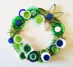 Cute green Earth Day Wreath using bottlecaps, egg cartons, cardboard tubes and a pizza cardboard Earth Day Projects, Earth Day Crafts, Projects For Kids, Cute Crafts, Crafts For Kids, Paper Crafts, Preschool Ideas, Craft Ideas, Earth Month
