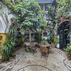 Patio de la calle Ocaña, 19.- Este Patio, cercano al Palacio de Viana, ha sido reconstruido pero ha seguido conservado toda su esencia particular.