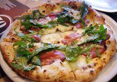 50 Kalò, pizza con carpaccio di Marchigiana, rucola e scaglie di parmigiano stagionato 24 mesi