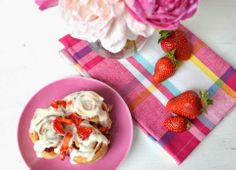 die ja-sagerin: leckere sachen // strawberry cinnamon rolls mit cream cheese frosting #strawberry #ichbacksmir #erdbeeren