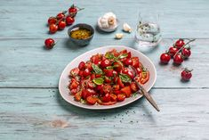 Superenkel tomatsalat med cherrytomater.  Grønne retter på under 10 minutter - oppskrift! Bruschetta, Ethnic Recipes, Sun