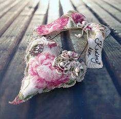 Srdíčko+růže+Šité+srdíčko+sramínkem+z+drátu,+mašlí,+šitými+a+háčkovanými+květy,+ručním+nápisem,+..výška+závěsu30+cm.