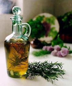 O óleo de alecrim conta com muitos benefícios para a nossa saúde, por isso aprenda a fazê-lo para ter sempre em casa :) #óleoessencial #alecrim #rosemary