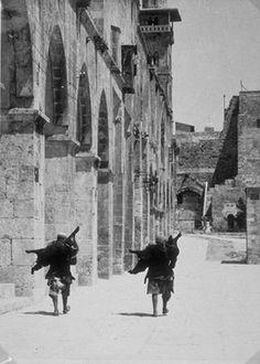 Spanish Civil war.Tropas mercenarias marroquíes con ametralladoras al hombro.