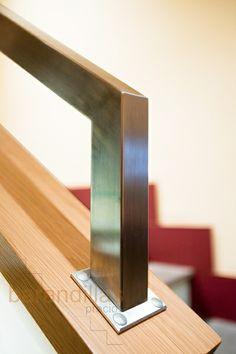 Pasamano encima de muro en acero inoxidable de 40x40 y cubremuro en madera de haya. Cubremuro disponible en otros tipos de madera.  http://www.barandillasprecios.com/barandillas/barandillas-interiores/pasamanos/pasamanos-p2-detail