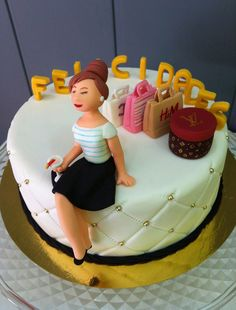 Pastel de fondant acolchado con chica fashion modelada