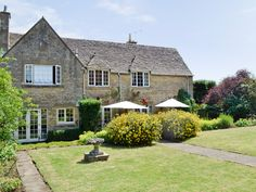 Perfectly located, this imposing, luxurious holiday property offers accommodation of a very good standard.