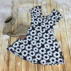 Daisy dress Black and white skater dress 95% cotton 5% spandex Forever 21 Dresses Mini