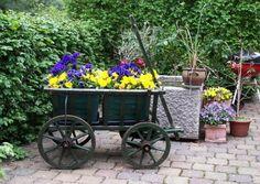 Gartendeko selber machen - Bollerwagen als Pflanzkübel