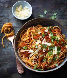 Klassieker; Spaghetti bolognese saus Spaghetti Bolognese, Italian Dishes, Italian Recipes, I Love Food, Good Food, Risotto, Happy Foods, Evening Meals, Healthy Dinner Recipes