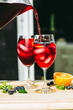 Tea Makes For the Perfect Cocktail Base. Party Drinks, Fun Drinks, Alcoholic Drinks, Cocktail Recipes, Cocktails, Party Needs, Iced Tea, Blueberry, Dinner