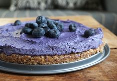 Här kommer en supergod, nyttig och fantastiskt vacker blåbärscheesecake. Helt utan spannmål, mejerier och raffinerat socker. Agavesirapen kan bytas ut mot annan sötning. Och den kan varieras i oändlighet! Raw blåbärscheesecake ca 12 portioner Botten 4 dl mandlar 15 blötlagda dadlar 1 dl kokosflingor Rivet skal av 1 ekologisk citron Saften ur 1/2 citron 1 nypa salt Fyllning 4 dl naturella cashewnötter 0,5 dl kokosolja 1 dl blåbär 0,5 dl agavesirap 1 nypa vaniljpulver Saften ur 1/2 citron …