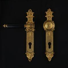 Kürzlich hatten wir die Ehre, an der Villa Spiritus (https://de.wikipedia.org/wiki/Villa_Spiritus) mitwirken zu dürfen.  Mit einem Originalbeschlag vor Vorlage haben wir ein historisches Replikat gegossen. Das Modell verfügt über Sicherheitsverschraubung mit Wechselstift und ist im Gründerzeit-Stil gehalten.  Sie finden dieses herausragende Produkt hier:  https://jcb-beschlaege.de/historische-tuerbeschlaege/historische-haustuergarnituren/gruenderzeit/1184/jcb-haustuergarnitur  #TeamBauAntik