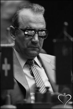Korchnoi wore glasses with mirrored lens like those that drew complaints from Karpov in their last world championship match in the Philippines 1978.