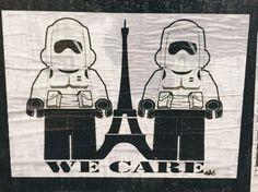 Deux Stormtroopers débarqués de Star Wars montent la garde aux abords de la Tour Eiffel