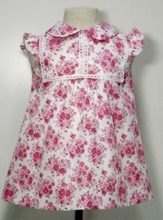 Vestido para bebe niña en pique estampado blanco con flores rosas adornado con punta de bolillos blanca