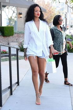 It's In the Jeans: Inspiring Celebrity Denim Rihanna in her cut off denim shorts Bella Donna Stuck in a jeans and t-shirt rut? Get inspired by our gallery of the best denim looks worn by the most stylish stars and models. Estilo Rihanna, Mode Rihanna, Rihanna Style, Rihanna Fenty, Rihanna Legs, Rihanna 2014, Celebrity Jeans, Celebrity Style, Look Fashion