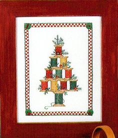 Sue Hillis Christmas Spool Tree - Cross Stitch Pattern. Cute Christmas tree made up of spools of thread and decorated with green and red buttons (included). Sti