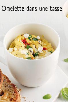 Mangez des œufs pour déjeuner même quand vous êtes pressé grâce à cette recette hyper rapide d'omelette dans une tasse! Omelette, Brunch, Risotto, Ethnic Recipes, Food, Green Onions, Goat Cheese, Eat, Recipes